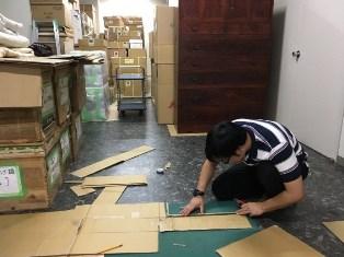 梱包のための箱を制作中の様子